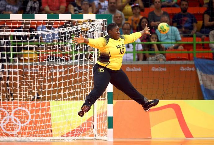GALERIA - Goleiro da seleção de Angola, Teresa Almeida tenta fazer defesa durante partida do handebol (Foto: REUTERS/Marko Djurica)