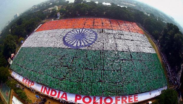 Voluntários criaram mosaico gigante no formato da bandeira da Índia (Foto: Press Trust Of India/AP)