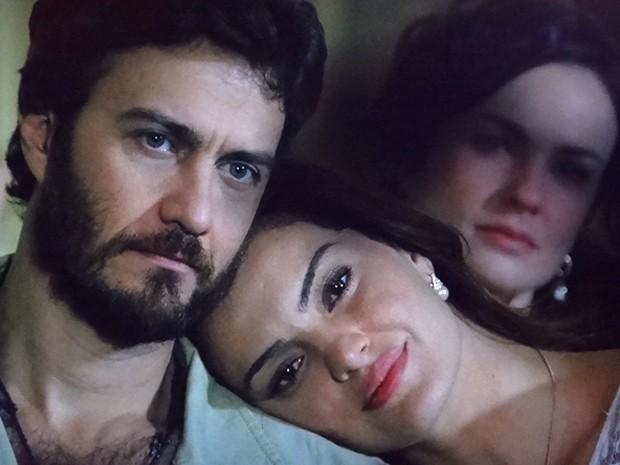 Clara vê sombra negra sobre Elisa quando a moça está ao lado de Rodrigo (Foto: Amor Eterno Amor/ TV Globo)