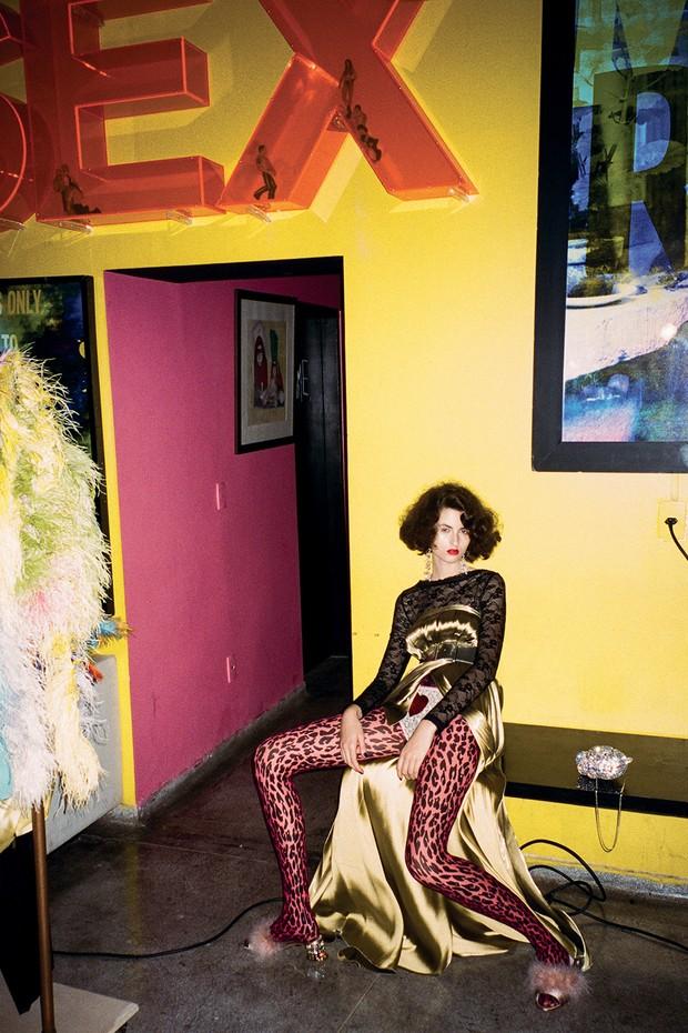 Body, R$ 249, Intimissimi; sob saia usada como vestido, R$ 26.500, Ralph Lauren; calcinha, acervo Casa Juisi. Cinto, R$ 3.990, Chanel; mule, Miu Miu; clutch, R$ 1.840, Donna Brasil (Foto: Philippe Kliot)