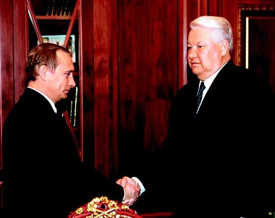 HERANÇA  Putin e Yeltsin, em 1999. Para aliados de Putin, os EUA se beneficiaram do governo fraco de Yeltsin (Foto: Sovfoto/UIG via Getty Images)
