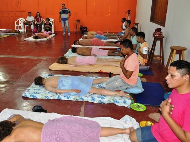 Apenados fazem massagem indiana apreendida ana Acuda em grupo de Italianos (Foto: Acuda/Assessoria)