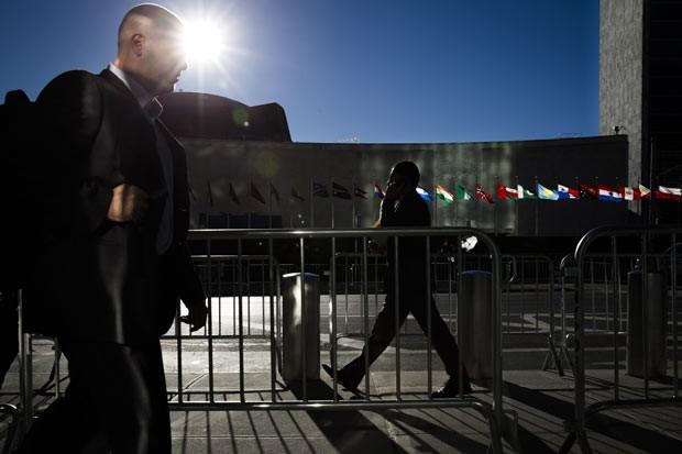 Pedestres passam por barricadas em frente à sede da ONU em Nova York nesta segunda-feira (23) (Foto: AFP)