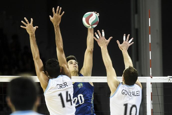 Renan ataca para fazer um de seus 17 pontos sobre a Argentina (Foto: William Lucas/Inovafoto/CBV)