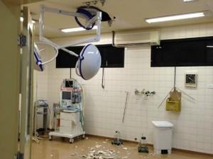 Gesso do teto do HU cede e centro cirúrgico é interditado em MS (Foto: Reprodução/TV Morena)