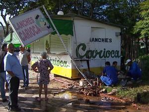 Carro invadiu a calçada e atingiu as pessoas que estavam próxima do trailler de lanches em Indaiatuba (Foto: Reprodução/ EPTV)