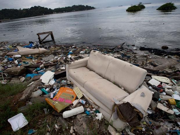 Despoluição da Baía de Guanabara foi anunciada como maior legado dos jogos olímpicos; mas ainda é distante de se tornar real (Foto: AP Photo / Silvia Izquierdo)