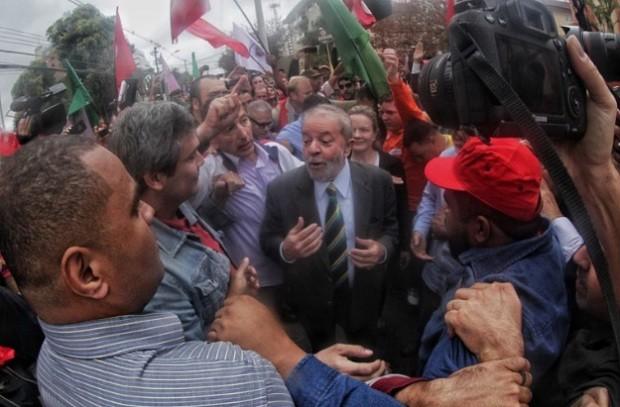 O ex-presidente Lula é recebido por movimentos sociais ao chegar no prédio da Justiça Federal em Curitiba (Foto: Filipe Araujo/Fotos Públicas)