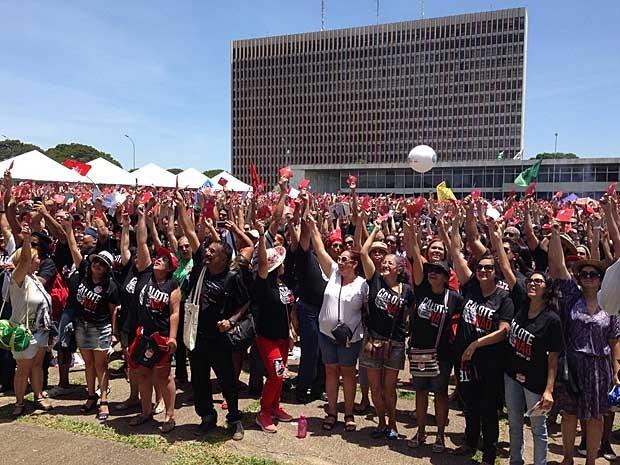 Professores votam manutenção da greve por suspensão de reajuste salarial no DF (Foto: Gabriel Luiz/G1)