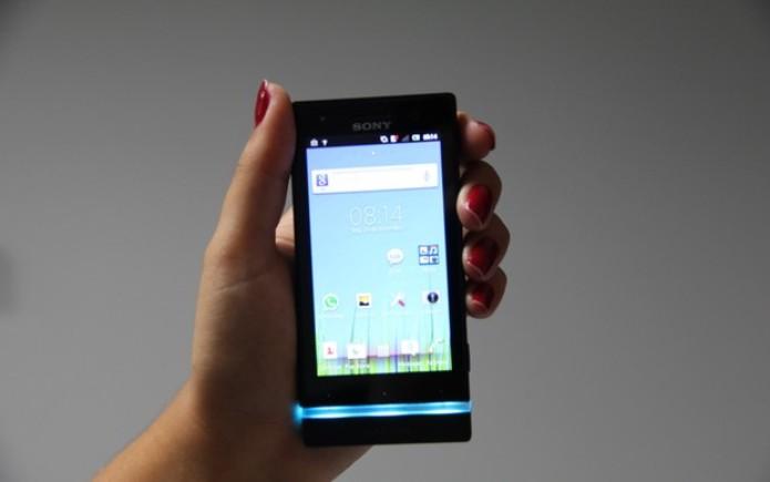 Sony Xperia U é pequeno e cabe na mão (Foto: TechTudo)
