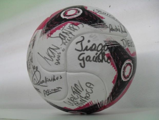 Bola Guarani-MG autografada (Foto: Cléber Corrêa/GLOBOESPORTE.COM)