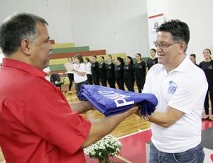 Secretário de esportes de Mogi recebe a bandeira dos Jogos Abertos. Mogi será a próxima sede (Foto: Cleomar Macedo)