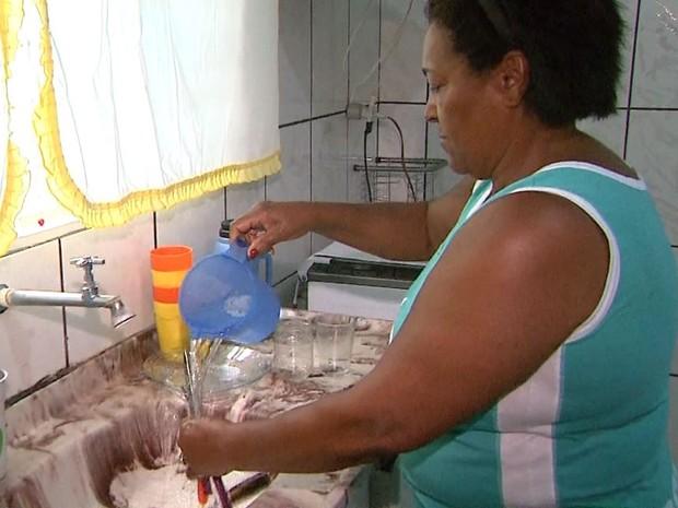 Maria Abadia de Oliveira lava louça com torneira fechada para economizar água em Cristais Paulista (SP) (Foto: Márcio Meireles/EPTV)