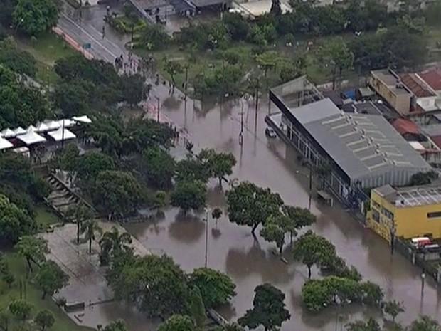 Temporal deixa região da Penha alagada neste sábado (Foto: Reprodução/TV Globo)