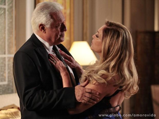 César rejeita Pilar, que se cala (Foto: Amor à Vida/TV Globo)