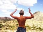 Miley Cyrus posa de shortinho e faz topless