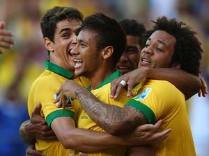 O time vibra com o gol de Neymar (Foto: Clive Rose/Getty Images)