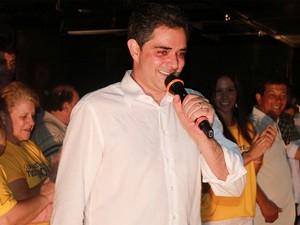 Ortiz Junior no comício da vitória em outubro. Ao fundo, sua esposa Mariá Perrota (Foto: Divulgação/Assessoria do Ortiz Junior)