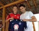 Ex-parceiros de Schalke 04, Özil e Lincoln posam com camisa do Bahia