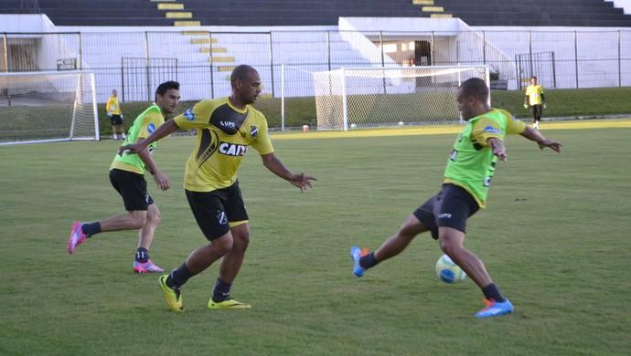 Atacante Gil, ex-Corinthians, está treinando no ABC, em Natal (Foto: Jocaff Souza/GloboEsporte.com)