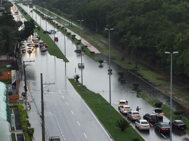 Alagamento na avenida Norte Sul, em Vitória (Foto: Gabriel Pimentel/ VC no ESTV)