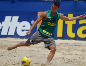 Deiwerson futebol de areia Botafogo (Foto: Alexandre Loureiro / Inovafoto)