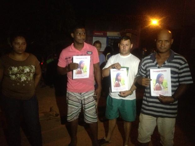 Família de Kely ajuda nas buscas, em Porto Nacional (Foto: Camila Rodrigues/G1)