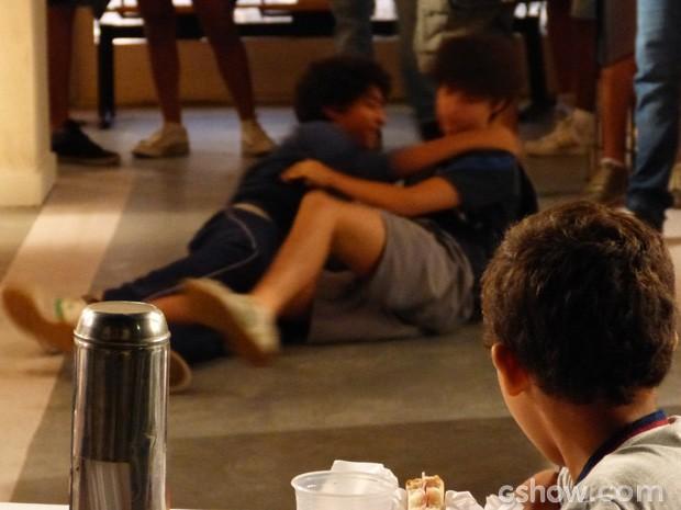 Os outros alunos pararam pra ver a briga dos dois! (Foto: Malhação/ TV Globo)