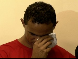 O ex-goleiro Bruno chora durante o primeiro dia de julgamento (Foto: Reprodução Globo News)