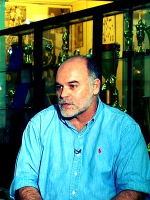 Mauricio Assumpção concedeu entrevista na sala de troféus do Botafogo (Foto: Reprodução TV Globo)