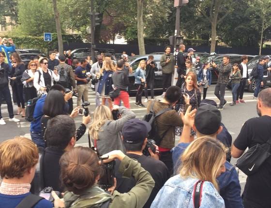 Marina fez sucesso entre os fotógrafos internacionais em sua chegada ao desfile e parou uma rua de Paris (Foto: Bruno Astuto)
