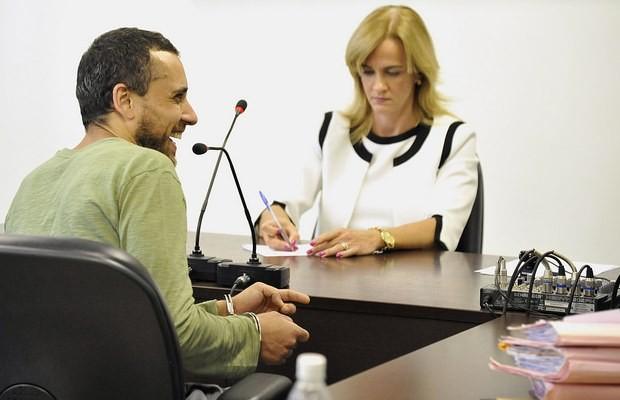 Cadu ri durante audiência no Fórum de Goiânia (Foto: Aline Caetano/ TJ-GO)