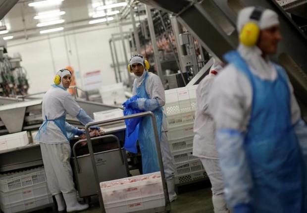 Funcionários do frigorífico JBS durante visita do ministro Blairo Maggi a unidades no Paraná, após denúncias da PF na Operação Carne Fraca  (Foto: Ueslei Marcelino/Reuters)