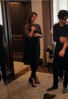 Chay Suede faz prova de roupa para desfile de grife em Londres