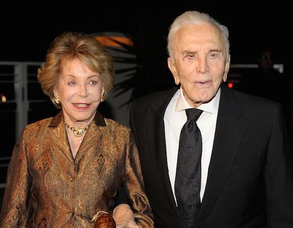 O ator Kirk Douglas com sua esposa, Anne Douglas (Foto: Getty Images)
