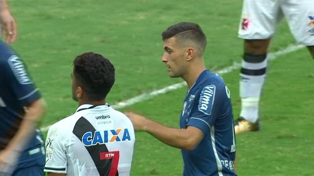 p  Thiago Neves ajeita e Arrascaeta chuta. A bola desvia em Anderson  Martins d8bd00f1e8036