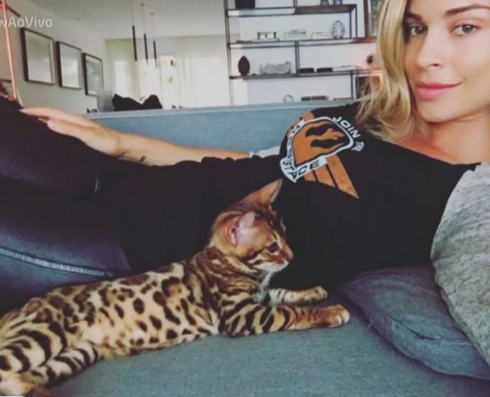 A atriz e seu gato de estimação (Foto: TV Globo)