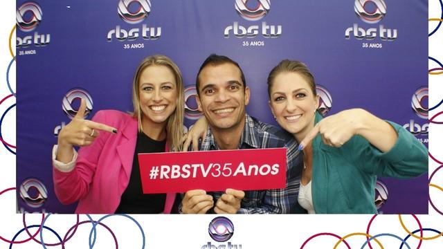 Denise Félix, Helton Luiz e Graziane Ubiali na comemoração dos 35 anos da RBS TV (Foto: Divulgação/RBS TV SC)
