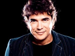 Milton Guedes canta o tema de Felipe (Foto: Guerra dos Sexos/TV Globo)