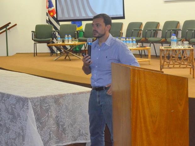 Casemiro Tércio Carvalho em fala na Prefeitura de Piracicaba (Foto: Thomaz Fernandes/G1)