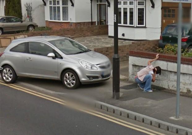 Mulher foi flagrada vomitando na calçada em cidade na Inglaterra (Foto: Reprodução/Google Street View)