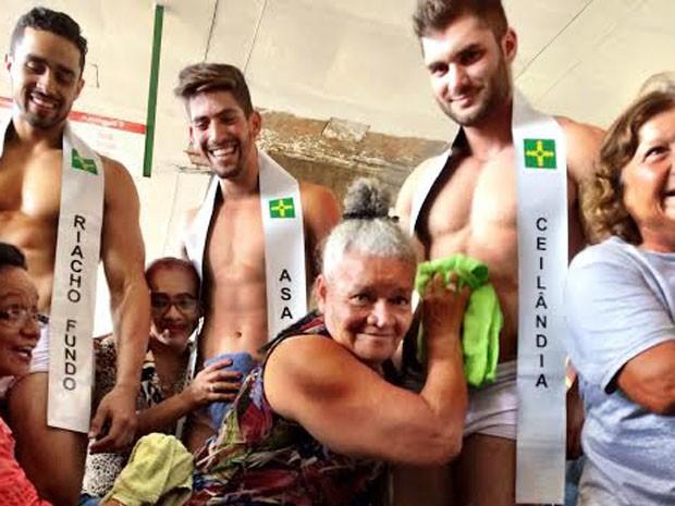 Idosas tietam candidatos a Mister DF (Foto: Bruno Afonso/Divulgação)