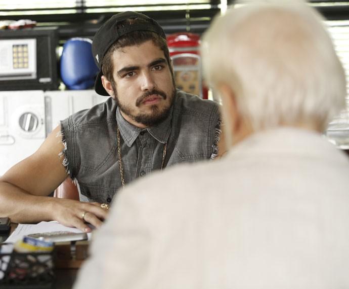 Grego fica desconfiado com a presença do cara na comunidade (Foto: Raphael Dias/Gshow)