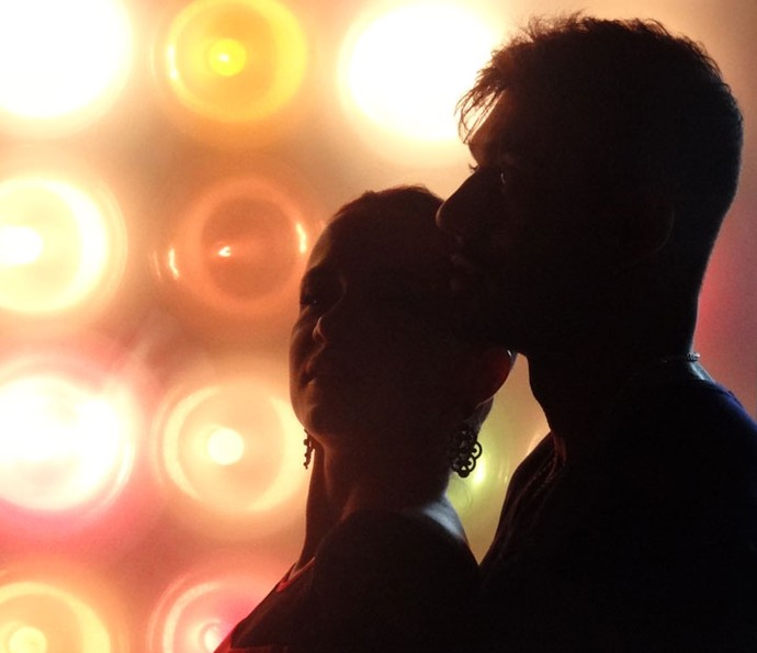Cristina Lago e Lucas Lucco recebem auxílio de um professor durante as cenas de dança  (Foto: Taís Moreno)