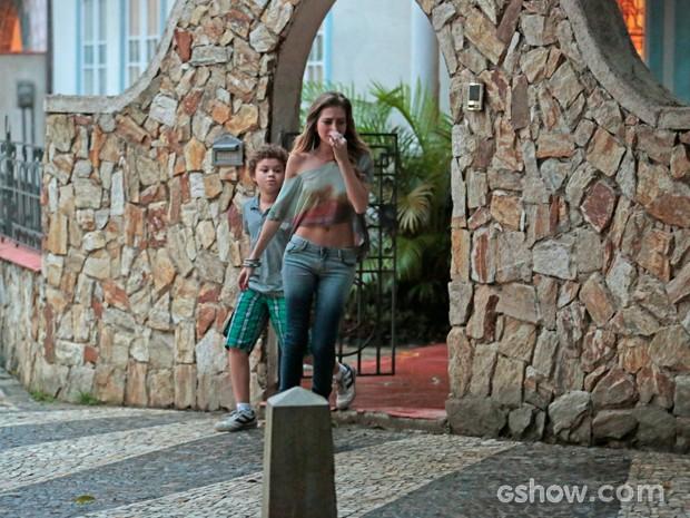 Ao receber a notícia de que não passou para nenhum curso, sofia sai de casa aos prantos (Foto: Felipe Monteiro / TV Globo)