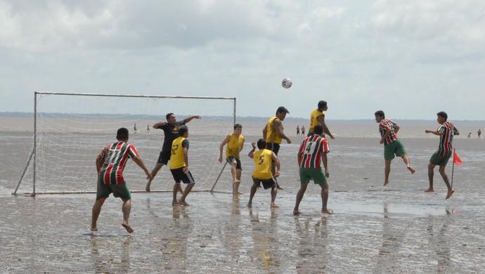Lance do jogo entre Beija-Flor e Tartaruga, pela final do estadual de futelama, no AP (Foto: Gabriel Penha/GE-AP)