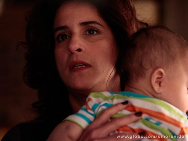 Mariah fica assustada ao dar de cara com César (Foto: Pedro Curi/ TV Globo)
