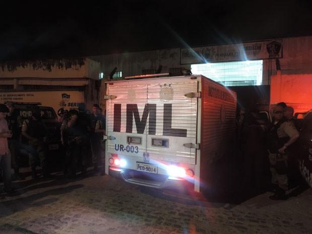Equipe do IML recolhe corpo, após rebelião no Complexo Prisional do Curado, no Recife (Foto: Luna Markman / G1)