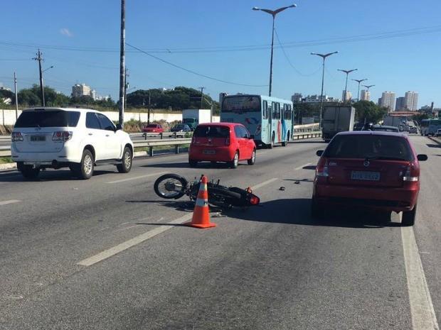 Motociclista tenta furar blitz e joga veículo contra policiais (Foto: PRF/Divulgação)
