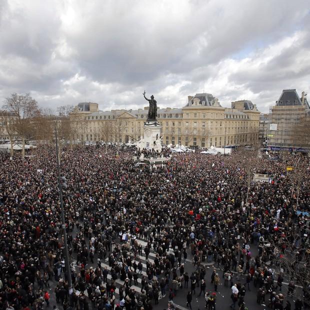 Uma multidão se encontra na Praça da República, em Paris, antes da manifestação para lembrar as 17 vítimas dos ataques que chocaram a França e o mundo na semana passada (Foto: AP Photo/Laurent Cipriani)